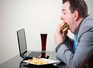 Alimentos que consumes en la oficina y que dañan tu cerebo