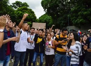 Estudiantes de la UCV continúan en protesta