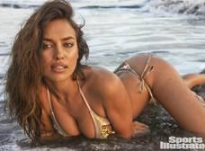 La sexy Irina Shaik cantando topless