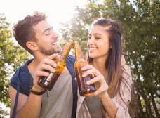 Tomar cerveza hace a los hombres y mujeres mejores amantes