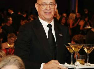 Tom Hanks sorprende como camarero en los Globos de Oro