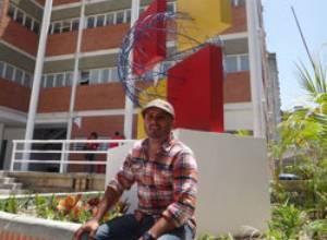 """La escultura """"Bandera Abstracta"""" de Alfredo Salazar se exhibe en el nuevo hospital Pérez de León II- Petare"""