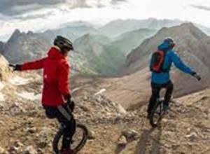 Bajar una montaña con un monociclo un deporte extremo muy WTF