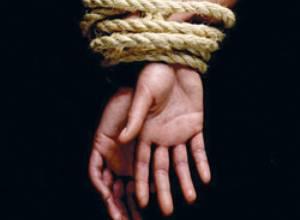 Dos secuestradores acaban dando dinero a la niña que raptaron