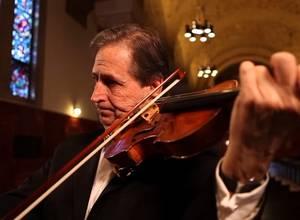 [VIDEO] Roger Frisch toca violín mientras le hacen una cirugía cerebral