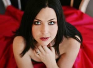 Amy Lee (Evanescence) se puso electrónica en su primer tema solista