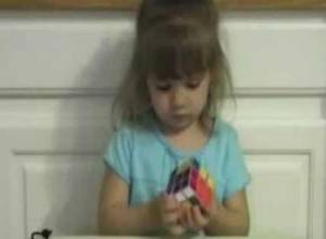 Esta niña de 3 años resolvió un cubo de Rubik