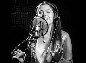 [VIDEO]  Daniella Cabello también canta en inglés