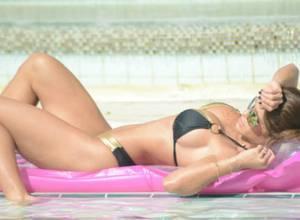 Caramelito para los ojos: Michelle Lewin disfrutando de la piscina en su bikini