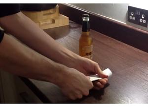 Aprende a abrir una birra con una hoja de papel