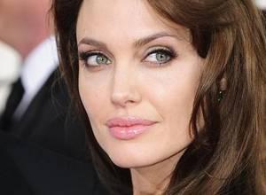 Revista publicó polémica fotografía de Angelina Jolie