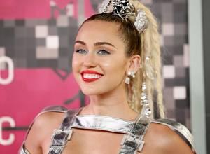 [GALERÍA] Los vestidos más extraños usados por Miley Cyrus en los VMA's 2015