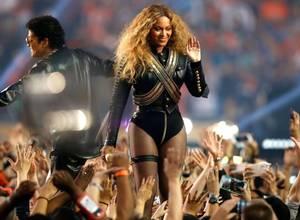 [VIDEO] Beyoncé casi se cae en su presentación en el Super Bowl 50