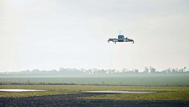 Amazon entrega su primer paquete con un drone (VIDEO)