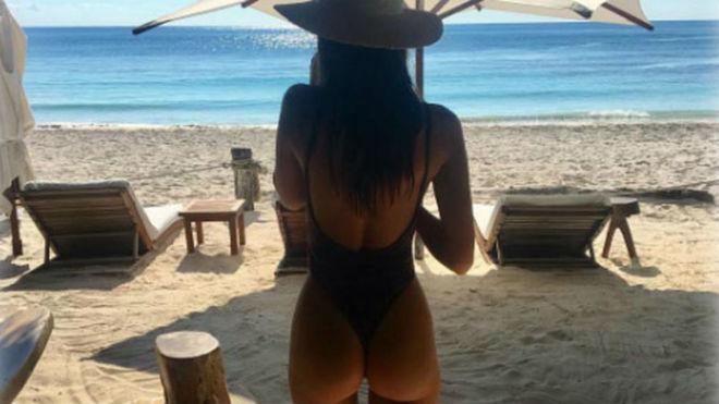 Emily Ratajkowski nada desnuda en las playas de México