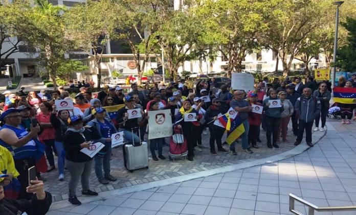 """Venezolanos en Miami piden echar al """"usurpador"""" Maduro"""