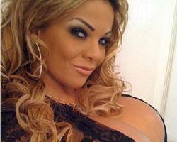 Mujer mantiene récord Guinness por implantes de senos más grandes del mundo