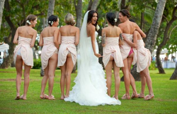Eso de las fotos de boda tipo novela, romanticonas y perfectas murió, ahora mientras más irreverente mejor.