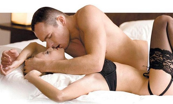 Lesbianas teniendo sexo en la cama