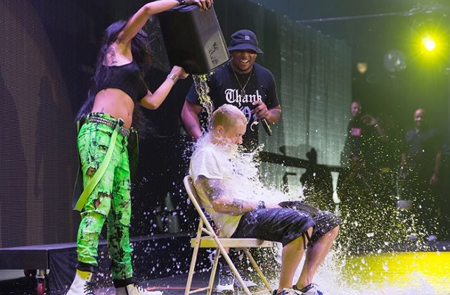 """[VIDEO] Eminen y Rihanna cumplieron con el reto del """"Ice Bucket Challenge"""" en pleno concierto"""