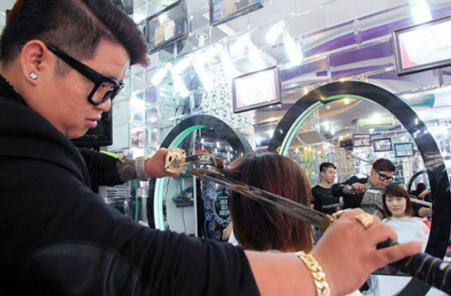En esta peluquería te cortan el cabello con espadas Samurai