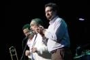 Luis Sanabria de Shock Entertainment, Willie Colón y Daniel García de Rumbacaracas.com sobre el escenario del TTC