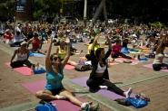 Haciendo yoga en la plaza
