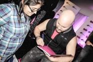 """Miguel Ángel González """"El enano"""" firmando uno de los libros"""